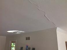 Как убрать трещины на потолке.