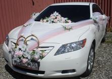 Украшение машины свадебными лентами